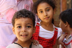 Sluit omhoog portret van gelukkige Egyptische kinderen in chairty gebeurtenis Stock Fotografie