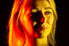 Sluit omhoog portret van gezicht een ernstig meisje die met heldergroen oog zij rechte neus, expressieve ogen, oren, blonde onder royalty-vrije stock afbeeldingen