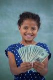 Sluit omhoog portret van glimlachend meisje die document munt tonen stock afbeelding