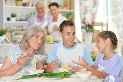 Sluit omhoog portret van grote gelukkige familie die ontbijt heeft stock afbeeldingen