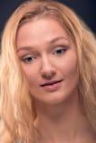 Sluit omhoog portret van het engelachtige gezichtsvrouw kijken onderaan verrast Stock Fotografie