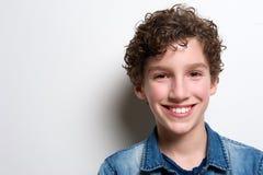 Sluit omhoog portret van het gelukkige jongen glimlachen stock foto