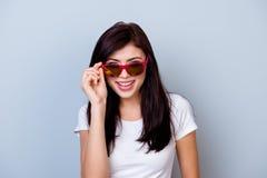 Sluit omhoog portret van het leuke aantrekkelijke jonge meisjes flirten en tou royalty-vrije stock foto