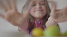 Sluit omhoog portret van het leuke emotionele meisje kijken in camera Grappig kind Concept creativiteit, kinderjaren stock video