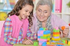 Sluit omhoog portret van het leuke meisje en grootmoeder spelen royalty-vrije stock fotografie