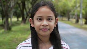 Sluit omhoog portret van het mooie meisje glimlachen in het park stock footage