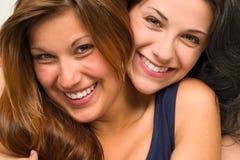 Sluit omhoog portret van het mooie meisjes koesteren Royalty-vrije Stock Foto's