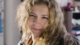 Sluit omhoog portret van het mooie vrouw glimlachen in huis stock videobeelden