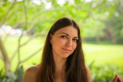 Sluit omhoog portret van het onbezorgde Kaukasische jonge vrouw stellen met verschillende emoties in groen de zomerpark royalty-vrije stock foto