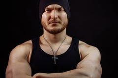 Sluit omhoog portret van jock met necklase in zwart GLB en hemd stock foto