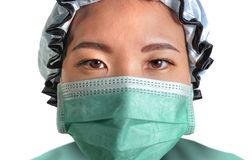 Sluit omhoog portret van jonge aantrekkelijke en zekere Aziatische Koreaanse geneeskunde artsenvrouw in hoofdglb-gezichtsmasker e royalty-vrije stock foto