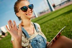 Sluit omhoog portret van jonge blondevrouw met tablet Stock Foto's
