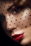 Sluit omhoog portret van jonge charmante vrouw met bruine ogen Royalty-vrije Stock Fotografie