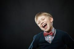 Sluit omhoog portret van jonge glimlachende leuke jongen Stock Fotografie