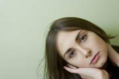 Sluit omhoog portret van jonge mooie vrouw Stock Afbeeldingen