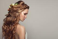 Sluit omhoog portret van jonge mooie vrouw met bloemen royalty-vrije stock fotografie