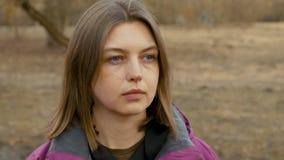 Sluit omhoog portret van jonge vrouw in aard met lang haar stock video