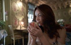 Sluit omhoog portret van jonge vrouw bij koffie het drinken koffie stock afbeeldingen
