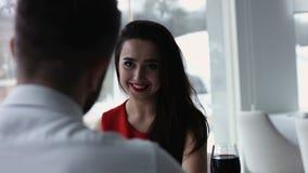 Sluit omhoog portret van jonge vrouw bij restaurant het glimlachen Royalty-vrije Stock Foto's