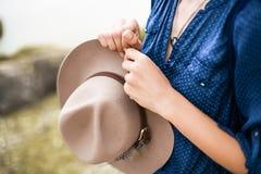 Sluit omhoog portret van jonge vrouw in bruine hoed openlucht het hebben van pret op het overzees Royalty-vrije Stock Afbeelding