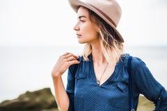 Sluit omhoog portret van jonge vrouw in bruine hoed openlucht het hebben van pret op het overzees Royalty-vrije Stock Afbeeldingen