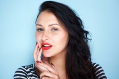 Sluit omhoog portret van jonge vrouw met rode lippen op blauwe achtergrond stock afbeeldingen
