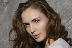 Sluit omhoog portret van jonge vrouw, natuurlijke schoonheid Stock Foto's