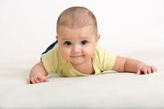 Sluit omhoog portret van leuke Kaukasische babyjongen Stock Foto's
