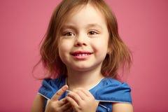 Sluit omhoog portret van meisje met mooie bruine ogen op geïsoleerd roze stock afbeeldingen