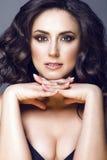 Sluit omhoog portret van midden oud mooi brunette met perfecte samenstelling en naakte schouders, haar die vingers onder de kin w royalty-vrije stock fotografie