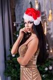 Sluit omhoog portret van mooi meisje die de kleren van de Kerstman dragen De vrouwen van de kerstman met zakken stock afbeeldingen