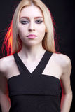 Sluit omhoog portret van mooi meisje met een erachter rood licht Stock Fotografie