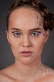Sluit omhoog portret van mooi meisje met gezichtsart. Royalty-vrije Stock Afbeelding