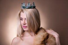 Sluit omhoog portret van mooi meisje met kroon en bont over beig Royalty-vrije Stock Foto