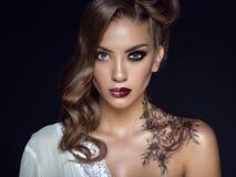 Sluit omhoog portret van mooi model met artistiek maken omhoog en kapsel Bloemenlichaamskunst op haar schouder Ideaal vrouwenconc Stock Foto