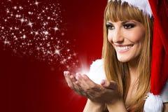 Sluit omhoog portret van mooi sexy meisje die de kleren van de Kerstman dragen Stock Afbeelding