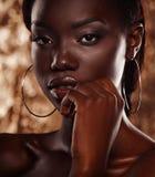 Sluit omhoog portret van mooie Afrikaanse vrouw met creatief goud omhoog maken royalty-vrije stock afbeeldingen