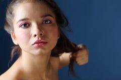Sluit omhoog portret van mooie gebruinde vrouw met roze make-up Stock Foto's