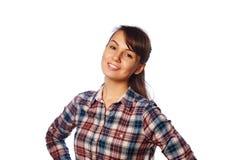 Sluit omhoog portret van mooie glimlachende jonge vrouw in geruit die overhemd over achtergrond wordt geïsoleerd royalty-vrije stock afbeelding