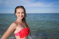 Sluit omhoog portret van mooie jonge vrouw op het strand stock foto's