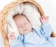 Sluit omhoog portret van pasgeboren baby die slaap Royalty-vrije Stock Afbeeldingen