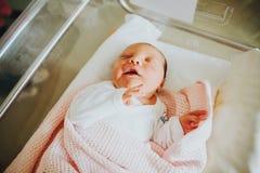 Sluit omhoog portret van pasgeboren dag oude baby Royalty-vrije Stock Foto's