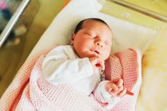 Sluit omhoog portret van pasgeboren dag oude baby Royalty-vrije Stock Foto