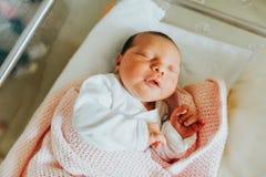 Sluit omhoog portret van pasgeboren dag oude baby Stock Foto's