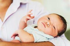 Sluit omhoog portret van pasgeboren dag oude baby Stock Fotografie