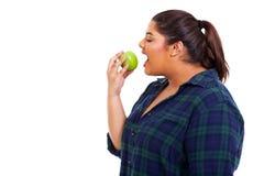 Grote vrouw die appel eten royalty-vrije stock fotografie