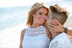Sluit omhoog portret van romantisch paar op strand. stock foto's