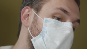 Sluit omhoog portret van tandarts die masker dragen tijdens verrichting stock videobeelden