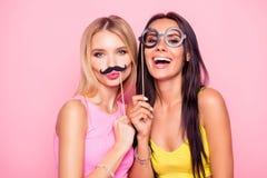 Sluit omhoog portret van twee gekke grappige vrolijke grappige aantrekkelijke B Royalty-vrije Stock Foto
