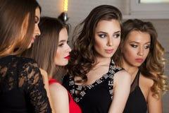 Sluit omhoog portret van vier mooie betoverende modellen in studio Stock Foto
